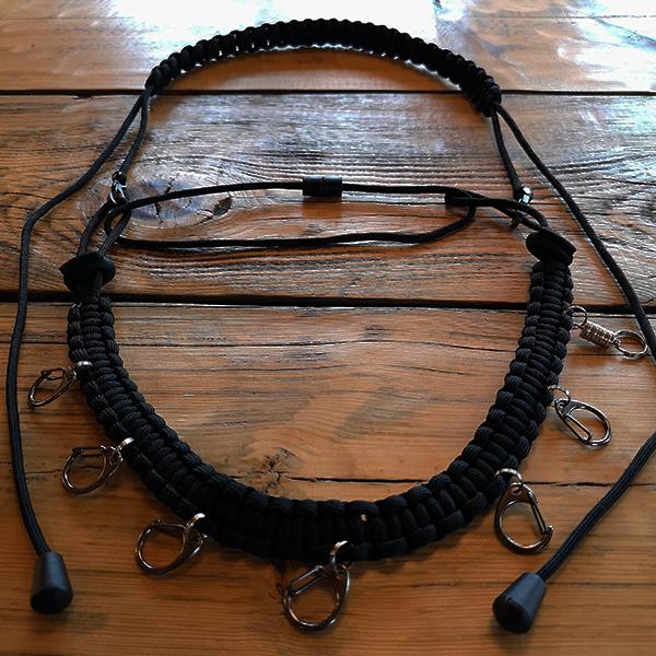 Collier porte accessoires mouche ou appeaux de chasse. Fabriqué à la main en France.